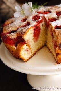 White Plate: Pochwała prostoty. Ciasto z truskawkami.