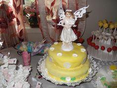 torta para la primera comunion de luna , sencilla , use color amarillo y con una estatua de un angelito .