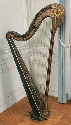 Lot 280: RENAULT ET CHATELAIN Harpe à crochets, pour trente-huit cordes et sept pédales, en bois et stuc laqué noir et or dans le goût chinois à décor de pagodes, branchages, rangs de perles, guirlandes feuillagées et fleuries, corbeilles et rubans.