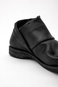 Side Goa tobillo Zapatos DEVOA 2013-14 Colección otoño invierno. Los zapatos están hechos de un cuero grueso considerable y ternera Guidi. El revestimiento superior de los zapatos cuenta con una camiseta pesada teñida de tinta. Las plantas se producen en una curva hermosa y plantillas de espuma de memoria se utilizan personalizados que admite que el ritmo natural de caminar.