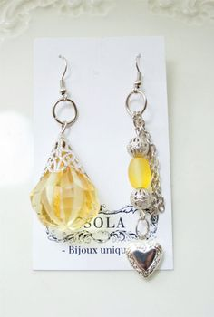Mona Earrings par LoveIsola sur Etsy. $25,00, via Etsy.
