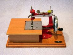 DELUXE 'CUSTOM' MODEL RED GRAIN HAND CRANK SEWING MACHINE WITH DRAWER & CASE. Love it <3