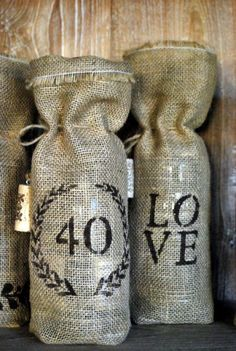 These DIY burlap wine bags make great gifts for the #holidays.