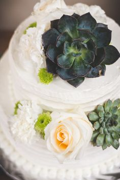 How beautiful is this #weddingcake and the flowers that adorn it? {Brit Jaye Photography}