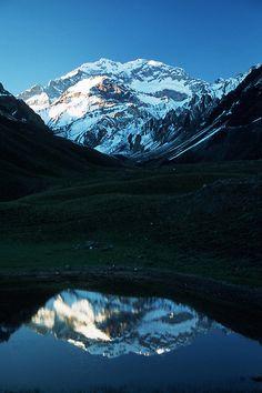 la laguna de los horcones y en el fondo el majestuoso ACONCAGUA pico mas alto de america, en Mendoza Argentina