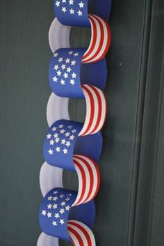 Kids can make this Patriotic Paper Chain and count the days until the 4th!
