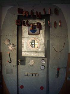 Detalls de la porta de la porta de la màquina del temps de 3r A del CEIP Margalida Florit.