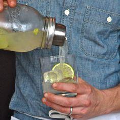 Mason jar Cocktail Shaker. Ohh yeah!