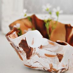 Make a bowl with oven baked clay and marble effect (in Norwegian).