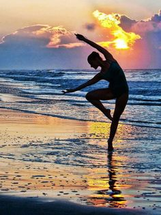 IMAGEM LINDA ☺♥ My happy place during final exams beaches, sunset, the ocean, at the beach, silhouettes, beach photo, ballet, yoga, dance