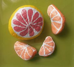 some slices of oranges and one pomelos