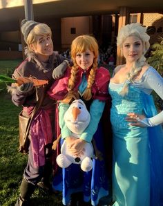 Frozen. View more EPIC cosplay at http://pinterest.com/SuburbanFandom/cosplay/...