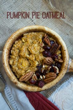 Pumpkin Pie Oatmeal recipe - delicious and with no added sugar! Perfect fall breakfast.  Via the amazing @fannetasticfood
