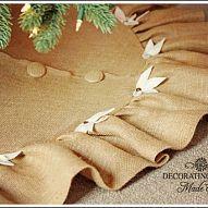 I LOVE burlap! So, I decided to make a burlap Christmas tree skirt for… :: Hometalk