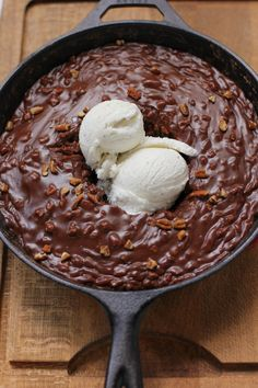 Gooey Chocolate Skillet Cake Ice Cream Sundae #OMG #yUM