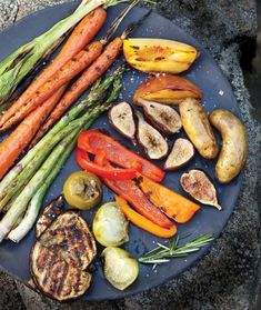 A guide to easy grilled vegetables and fruits.....put some Morningstar Farms Spicy Black Bean Burgers on this platter and it would be the bomb! #GotItFree