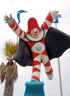 Carnevale di Viareggio: Viareggio comes alive when thousands of costumed revelers parade elaborately decorated floats and huge, towering characters past a million spectators.
