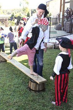 Un juego emocionante para una fiesta pirata: atravesar el tablero! Con los ojos vendados, un pirata tiene que cruzar de un barco a otro por un estrecho tablero de madera, ¡sin caer al mar! / An exciting game for a pirate party: walk the plank!