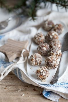 Dagmar's Kitchen :: Gingerbread spiced almond & apricot energy balls