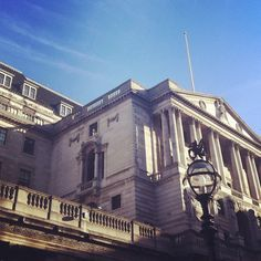 Blue sky over the Bank of England, #London 20°C | 68°F #BurberryWeather