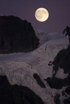 Moon over Mount Shuksan, Washington          BUENAS NOCHES.BUEN FINDE.