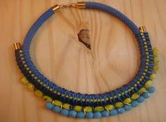 collar étnico en azules y amarillos