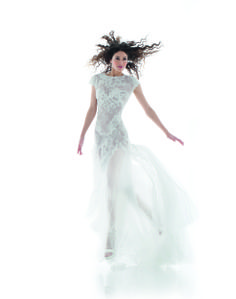 No permitas que tu vestido de novia te impida el movimiento. ¡A volar! #Cymbeline #novias #vestidosdenovia