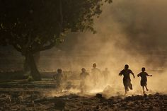 Mitchell Kanashkevich - Children running at sunset - Ethiopia
