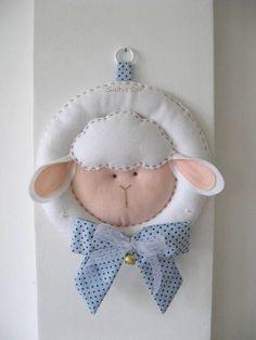 Confeccionada em feltro, laço em tecido de algodão e guizo no laço. Podendo bordar a mão o nome do bebê. R$ 100,00