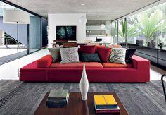 O vermelho dominou as passarelas de marcas como Dolce, Nina Ricci e Marchesa e é apontado como a principal tendência do inverno 2014. Na decoração, ele pode ser usado para aquecer ambientes mais neutros, como no sofá do projeto do escritório MMBB