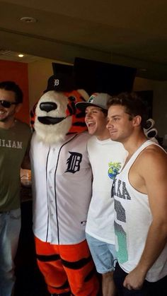 1D Slovakia Updates ‏@_1DSlovakia #NEW | Niall at Tigers game in Detroit - 17.08.2014 via @Juliamalik888