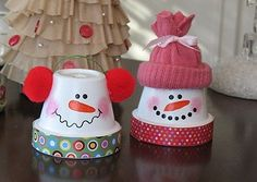 Bonecos de neve decorados em vasos de cerâmica