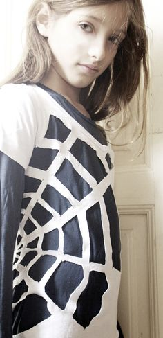 So CUTE!  White shirt cut like a spider web (worn over a black tee) (from El hada de papel)