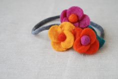 Felt Flower Headband by {every}nothing wonderful, via Flickr (one of a few awesome flower types/templates!)