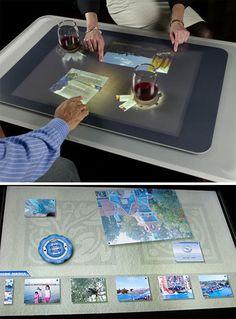 Categoria: 2 / Tags: interface, ux, gadget / Descrição: Imagem mostra pessoas interagindo e experimentando o Microsoft Surface.