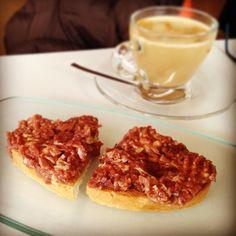 Desayuno especial: café y tostada con revuelto de jamón ibérico #gastronomía #food