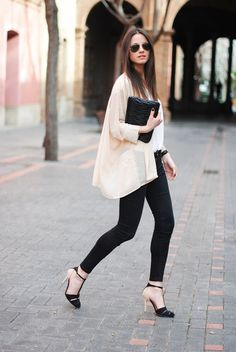 Love the loose jacket for summer. Elegant and cool with black jeans and heels. #work wear. #summer. via #thedailystyle