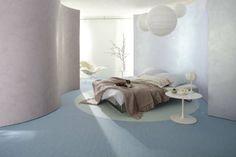 Mooie slaapkamer met een licht blauwe, zachte en comfortabele vloer ...