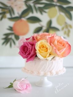 How to decorate a cake with fresh flowers