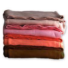 ALGODÓN: Fibra vegetal que se saca de la borra que recubre las semillas del algodonero. Sin tratar se utiliza para hacer guata. La calidad del algodón depende de su finura, pureza, brillo y sobre todo de la longitud de su fibra; cuanto mayor es, más fino, resistente y regular es el hilo que se obtiene. Con el algodón de fibra corta se confeccionan sábanas y ropa de cama. Esta fibra tiene un gran poder absorbente, es resistente al calor, lavable, no se apolilla, no acumula electricidad estática.