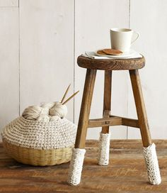 Tabouret et son tricot / Stool and knitting