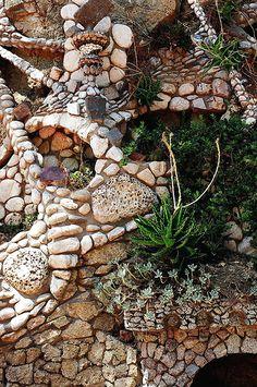 garden mosaics, gaudi design, gaudi wall, gaudi mosaic, design wall, mosaic wall, outdoor gardens, design mosaic, mosaic art