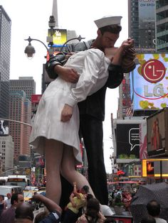 Times Square Kiss Statue 1400 by Brechtbug, via Flickr