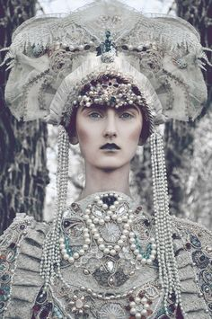 Photographer: Marcin Nagraba Designer: Agnieszka Osipa Model: Klementyna @ D'VISION Makeup: SUVI_MakeUp Artist pearl, costum, queen, headpiec, crown, art, dark beauty, fashion editorials, fashion designers