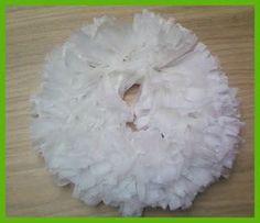 Krans gemaakt van plastic zakjes  Wreath from plastic bags