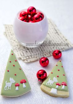 how to decorate Christmas tree cookies with DIY stencils