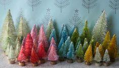 Sapins faits avec des brosses à bouteilles décolorées avec de l'eau de Javel puis teintes en diverses couleurs.