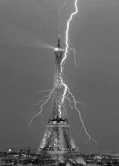 lightn strike, eiffel tower, pari, amaz, beauti, lightn storm, place, electric blue, blues
