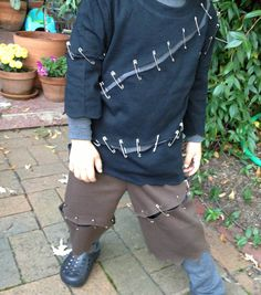 A #DIY no-sew Frankenstein costume!  This is so adorable and easy to make!