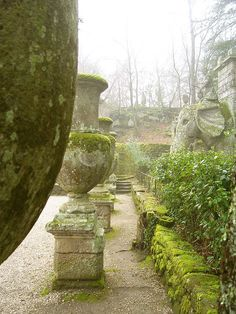 Those urns! The moss!